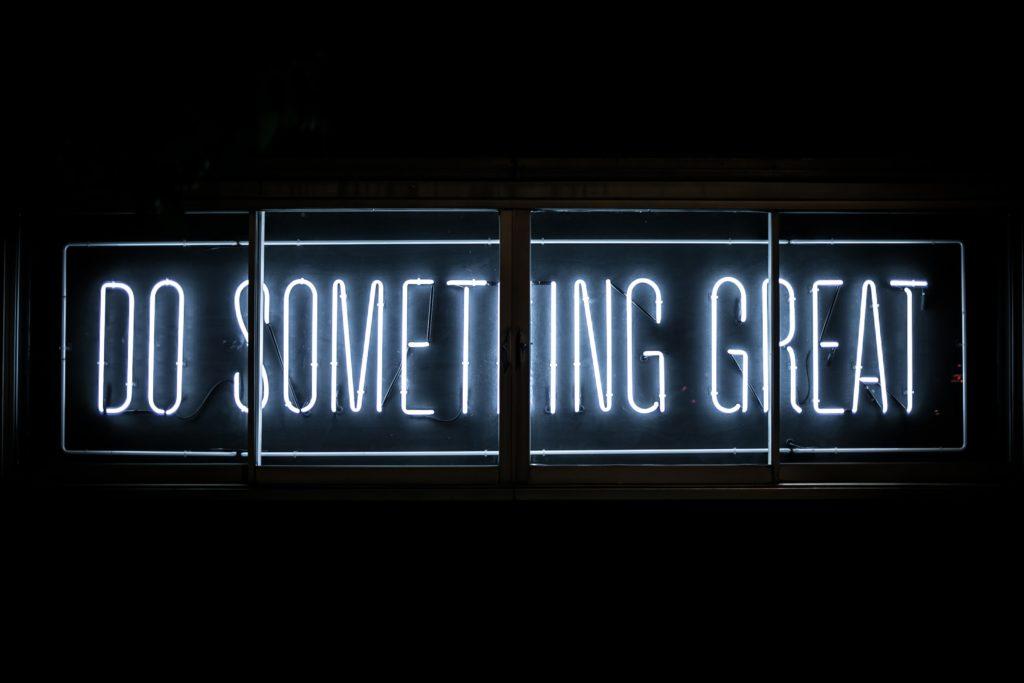 Leuchtreklame mit Schriftzug 'Do something great'