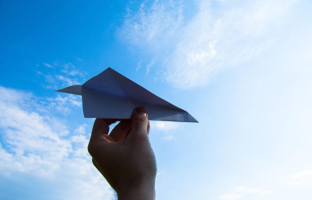 Tools im Content Marketing erfordern Planung, sonst droht ein Absturz (Symbolbild mit Papierflieger)