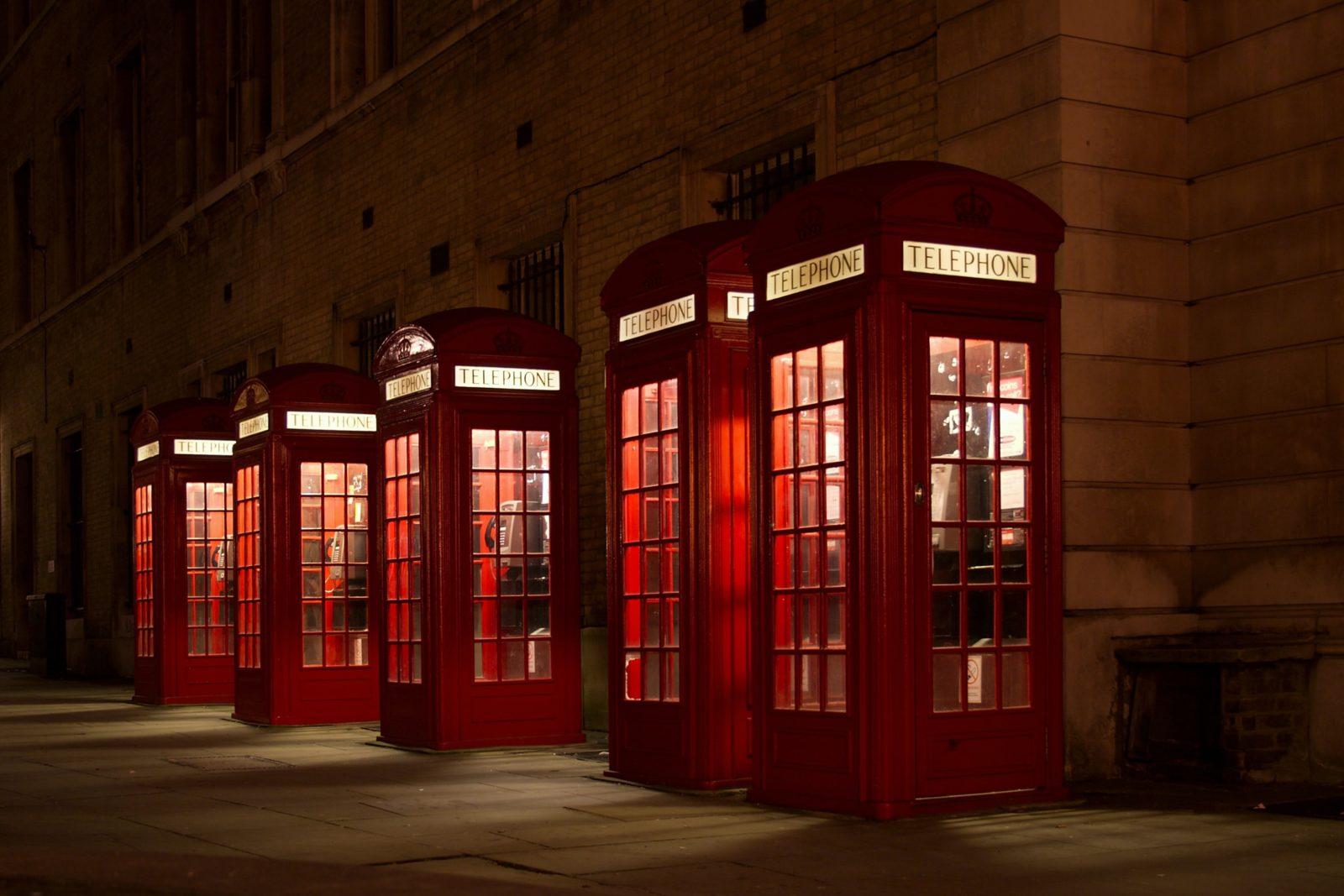 Fünf rote Telefonzellen in einer Reihe