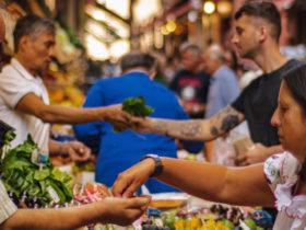 Menschen auf einem Wochenmarkt: Märkte sind Gespräche, besagt das Cluetrain Manifest