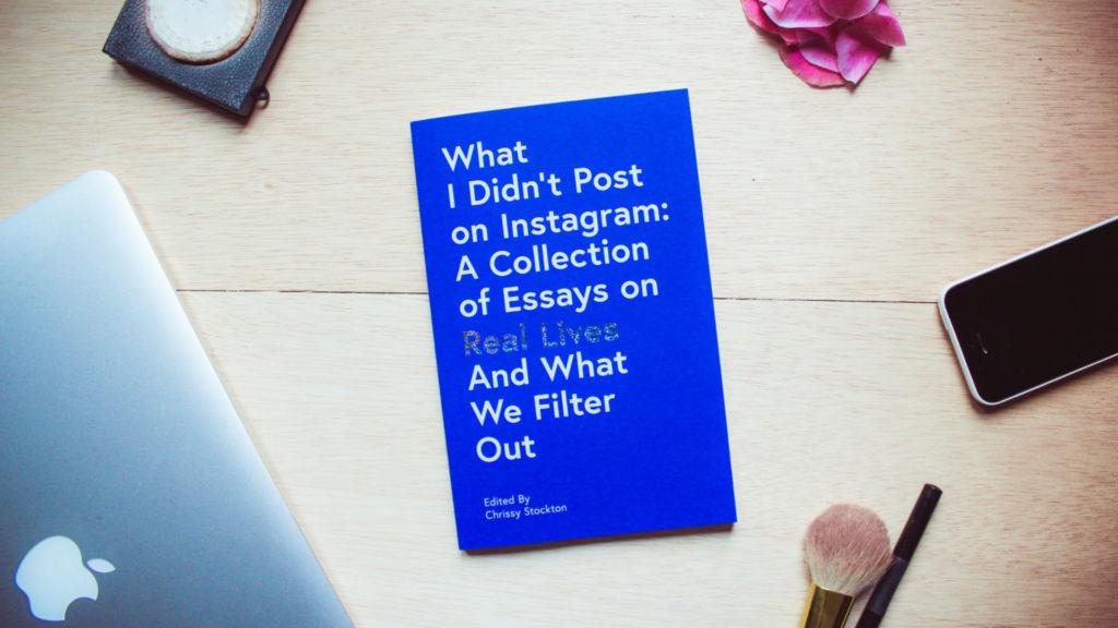 Schreibtisch mit blauem Buch 'What I didn't post on Instagram'