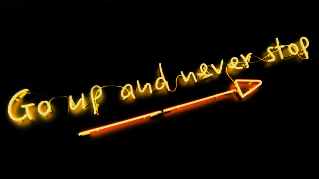 Neon-Schild mit Schriftzug 'Go up and never stop'