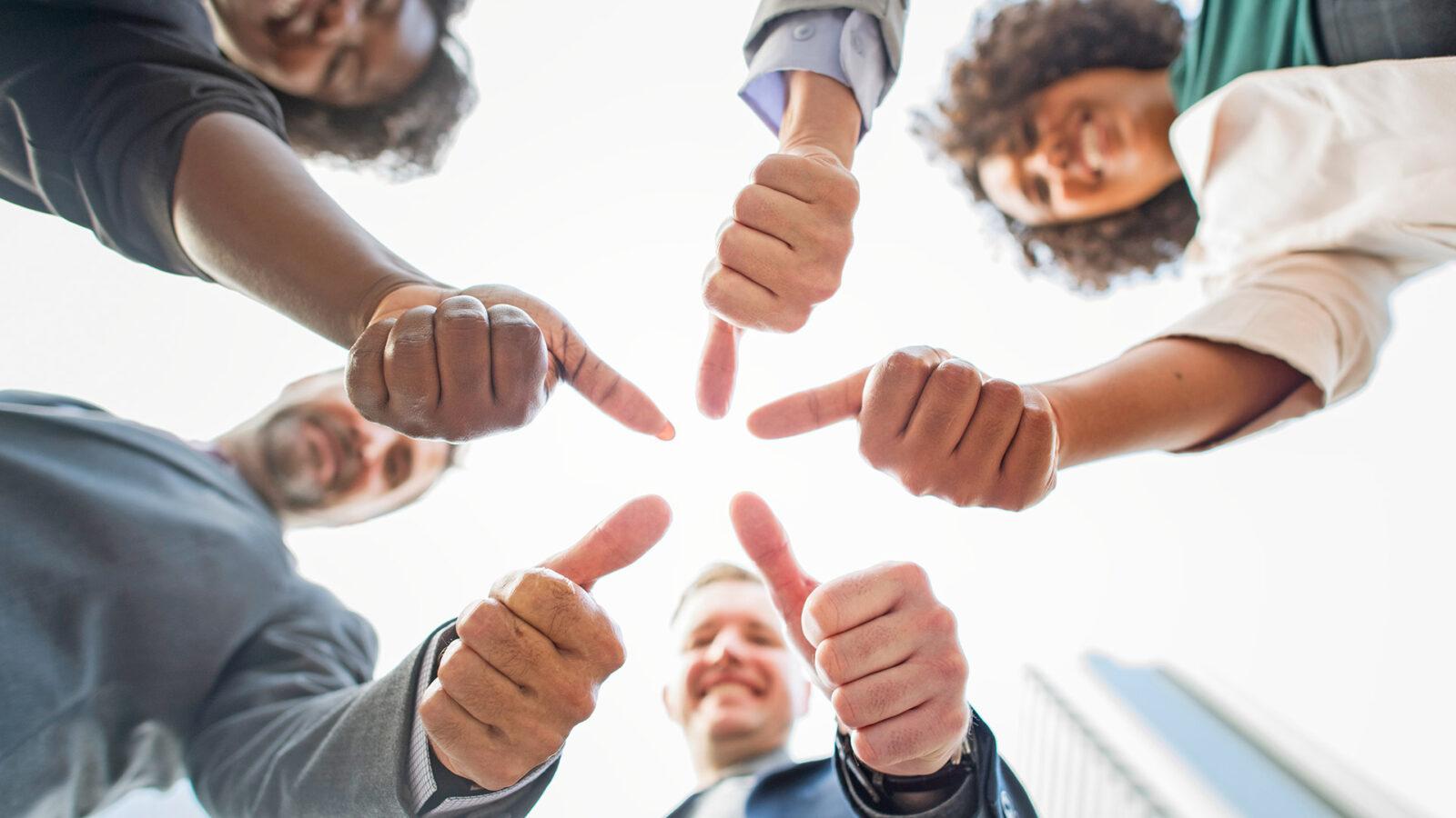 Daumen hoch für mehr Umsatz durch Bewertungen im B2B-Marketing